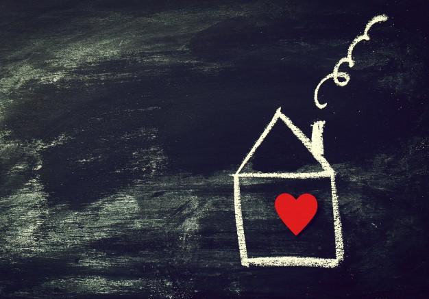 thuis-of-love-concept-geschilderd-huis-met-rood-hart-op-een-zwarte-ch_1220-787